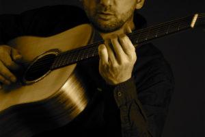 Lutz Scheufler spielt Gitarre